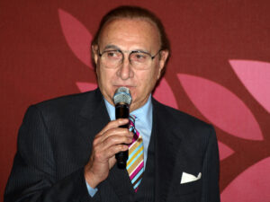 Moderator Pippo Baudo spricht in ein Mikrofon